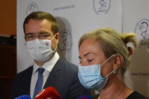 Minister zdravotníctva Marek Krajčí (OĽaNO) a nová námestníčka pre ošetrovateľstvo prešovskej fakultnej nemocnice Monika Smolnická.