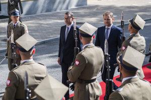 Slovenský premiér Igor Matovič a poľský premiér Mateusz Morawiecki počas prehliadky čestnej stráže pred bilaterálnym stretnutím, ktoré sa konalo pred summitom premiérov krajín V4 vo Varšave.