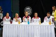 Slovenské fedcupové reprezentantky zľava Katarína Kužmová, Rebeka Šramková, Anna Karolína Schmiedlová, Viktória Kužmová a kapitán tímu Matej Lipták.