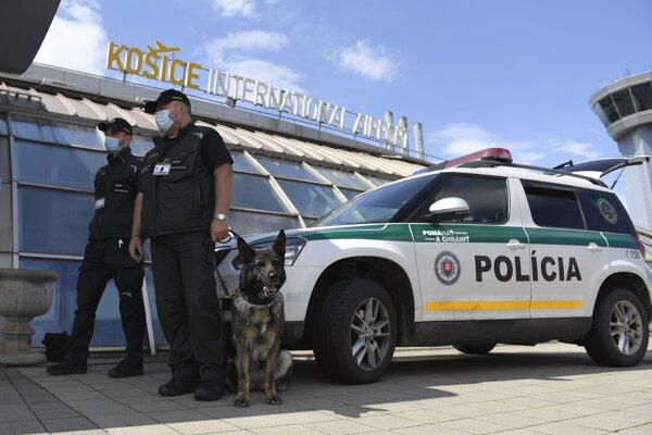 Polícia na letisku v Košiciach.