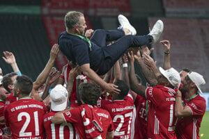 Tréner Hans-Dieter Flick sa ocitol nad hlavami hráčov Bayernu Mníchov, ktorí triumfovali v Nemeckom pohári.