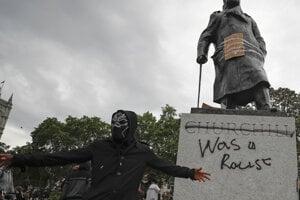 Protestujúci v Londýne sa vyvŕšili aj na soche Winstona Churchilla, lebo im prekáža jeho rasizmus.