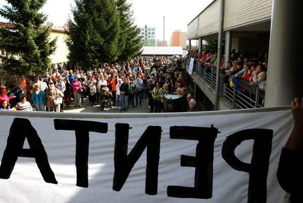 Pred nemocnicou v Banskej Štiavnici sa dnes zišli stovky ľudí.