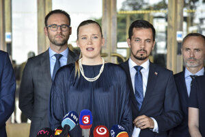 Poslanci strany Za ľudí, zľava Tomáš Lehotský, Vladimíra Marcinková, Juraj Šeliga, Tomáš Valášek počas tlačovej konferencie.