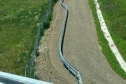 Málo frekventované prašné cesty vedľa nového úseku diaľnice pri Košiciach lemujú zvodidlá.