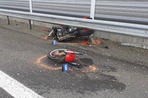 Motorka sa po náraze o zvodidlá zlomila na dve časti.