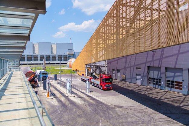 V ZEVO Pfaffenau sa denne spracuje okolo 700 ton odpadu. Pri vstupe do areálu sa odpad váži a opätovne sa kontroluje potenciálna prítomnosť nebezpečných látok.