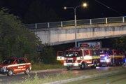 Zásah hasičov pri požiari v mostnej dutine.