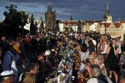 V Prahe sa lúčili s koronavírusom veľkou večerou na Karlovom moste.