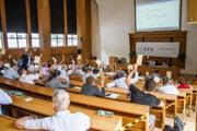 Atmosféra počas mimoriadneho zasadnutia Akademického senátu STU k odvolávaniu dekana Fakulty informatiky a informačných technológií Slovenskej technickej univerzity.