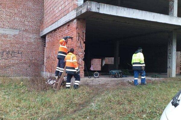 Pracovníci mesta budovu nedokončenej plavárne oplotili.
