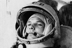 Celok fotografie, kde za Gagarinom stojí Grigorij Neljubov, kozmonaut vyradený z programu, ktorého tvár cenzori na fotke zámerne rozmazali.