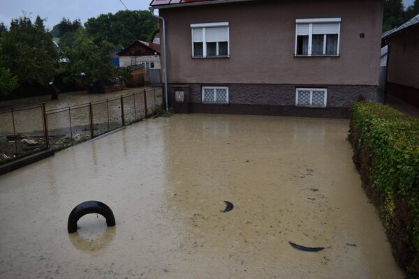 Dvor sa zmenil na bazén.