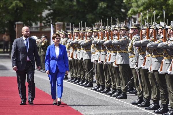 Minister obrany Jaroslav Naď a  nemecká ministerka obrany Annegret Krampová - Karrenbauerová.