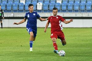 Na snímke zľava Samuel Šefčík (Nitra) a Timotej Jančok (Dubnica) v odvetnom zápase baráže o účasť vo Fortuna lige medzi FC Nitra a FK Dubnica nad Váhom