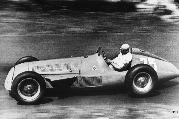 Na archívnej snímke z 29. júla 1951 argentínsky automobilový pretekár Juan Manuel Fangio na Alfette počas pretekov Grand Prix Nemecka na závodnom okruhu Nürburgring.