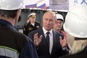 Ruský prezident Vladimir Putin prehovára k pracovníkom v lodenici v Kerčskom prielive.