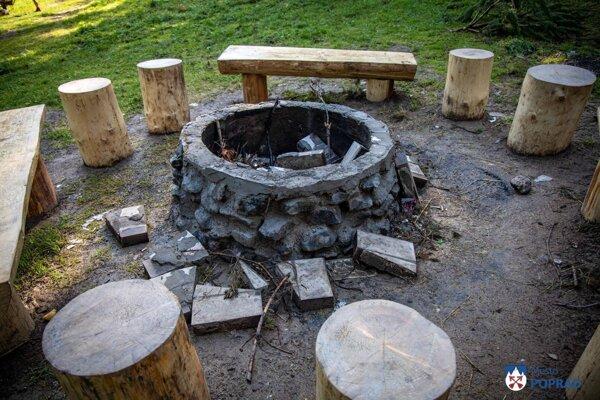 Za obeť vandalom padlo jedno z dvoch ohnísk v oddychovej zóne.