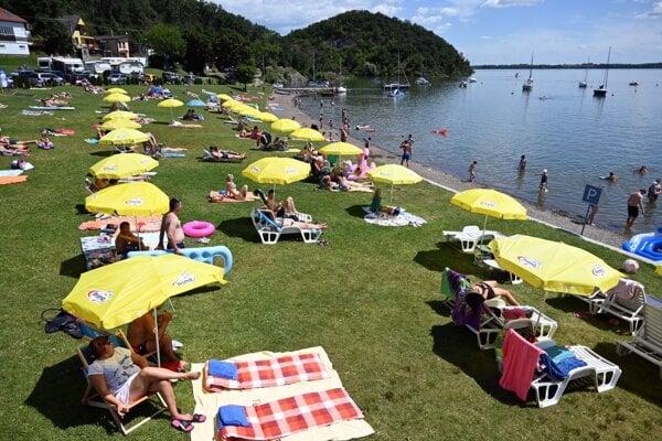 Opaľujúci sa rekreanti na pláži Anima v rekreačnom stredisku Medvedia Hora na Zemplínskej Šírave.