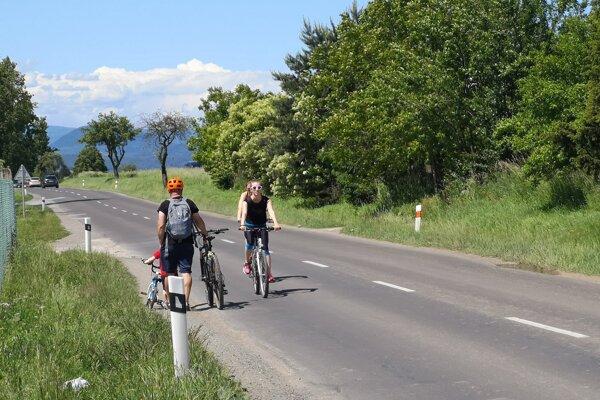 Cyklisti musia prejsť po Zlatobanskej ulici, aby sa dostali na Cykloželezničku.