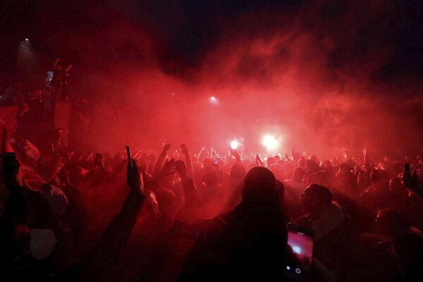 Pred štadiónom sa spustili divoké oslavy.