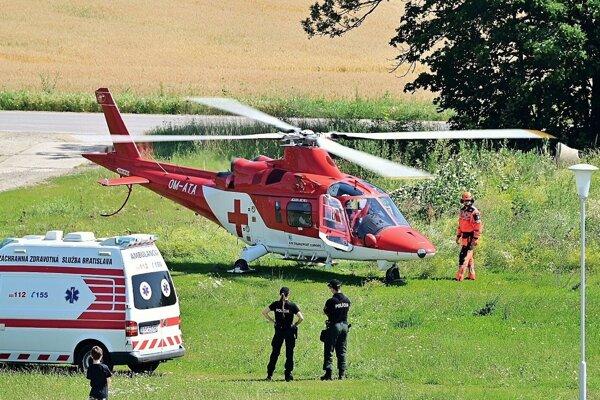 Záchranárske vrtuľníky zmenili v Leviciach bod pristátia.