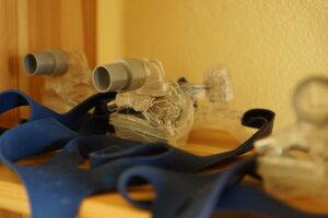 Prístroj vháňa vzduch do dýchacích ciest cez nosovú alebo tvárovú masku.