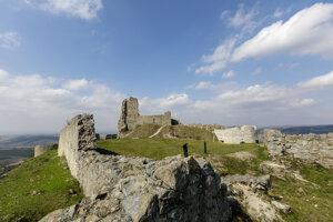 Historický náučný chodník Starý hrad - Branč vedie aj cez zrúcaninu hradu Branč pri obci Podbranč.