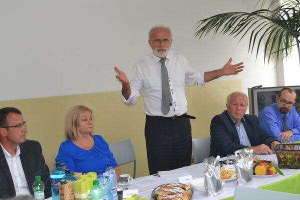Poľnohospodári z Novohradu, ktorí roky poukazujú na problém s lesnou zverou, na stretnutí so šéfom rezortu pôdohospodárstva Jánom Mičovským.
