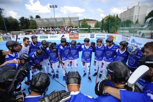 Hokejbalisti HBK PROTEF Považská Bystrica oslavujú postup do finále