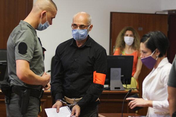 Obžalovaný majiteľ pohrebnej služby a člen s pozastavenou funkciou v strane Kotlebovci – Ľudová strana Naše Slovensko počas príchodu na pojednávanie.