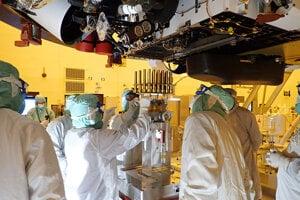 Technici počas konštrukcie rovera Perseverance.