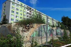 Základy zbúranej bytovky.
