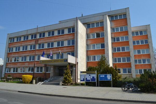 Na mestskom úrade sa používanie mobilov riadi internou smernicou.