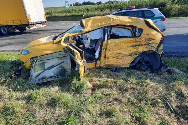V aute sedeli muž a žena. Skončili v rukách zdravotníckych záchranárov.