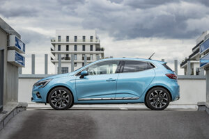 Renault Clio druhý mesiac po sebe v predajoch poráža Golf, pomôcť má aj hybridná verzia E-Tech.