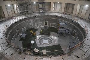 Uprostred kruhového betónového štítu, ktorý bude chrániť pracovníkov pred radiáciou z reaktora, je základňa pre kryostat. Chladiace zariadenie bude okrem udržiavania vákua a chladu pre magnety fungovať aj ako tepelný štít.
