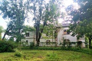 Zo šľachtického sídla sa po druhej svetovej vojne po prestavbe stala škola.
