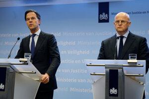 Holandský premiér Mark Rutte (vľavo) a holandský minister spravodlivosti Ferd Grapperhaus.