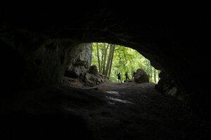 Na snímke jaskyňa Deravá skala v Mokrej doline v národnej prírodnej rezervácii Kršlenica na trase náučného chodníka z obce Plavecký Mikuláš.