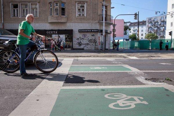 Cyklista sa môže ma križovatke postaviť pred všetky autá na zelenú plochu.