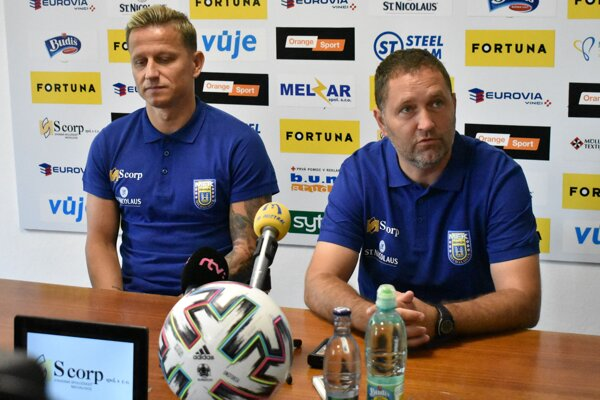 Kapitán Igor Žofčák (vľavo) a tréner Jozef Majoroš na predsezónnej tlačovke.