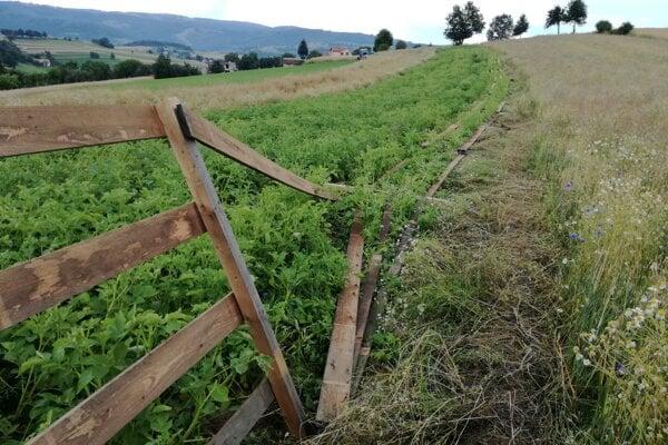 Zničený plot.