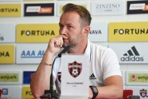Tréner FC Spartak Trnava Marián Šarmír na tlačovej konferencii.
