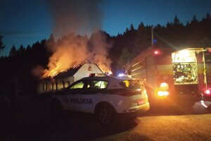 V Handlovej horel opustený dom.
