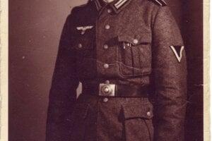 Slobodník Karl v uniforme Wehrmachtu.