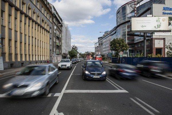 V Bratislave je áut aj vodičov najviac.