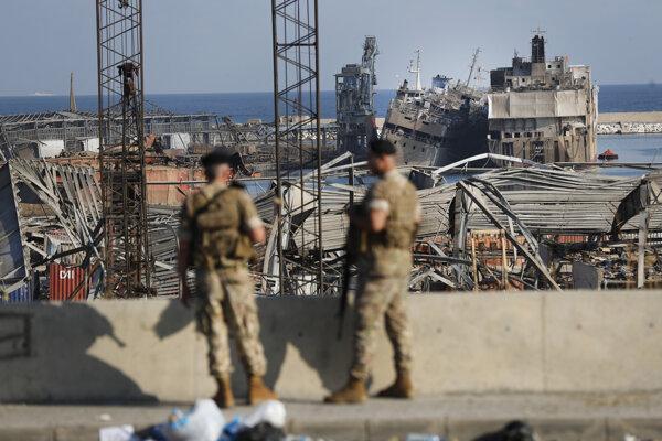 Vojaci pri mieste výbuchu v Bejrúte.