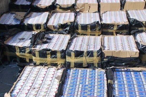 Balíky s pašovanými cigaretami.