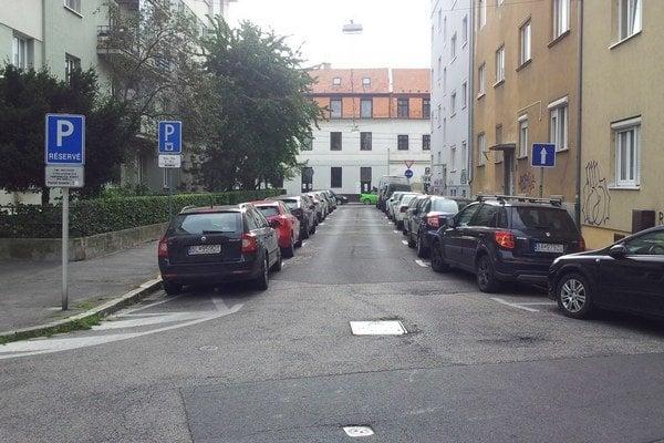 Pri pravom okraji Francisciho ulice v Bratislave sú parkovacie miesta, ktoré sú zadarmo. Aj keď sa to nezdá.